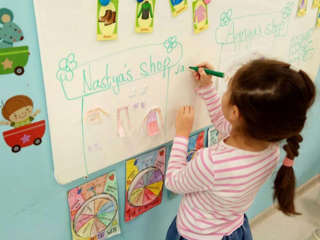Сеть детских языковых центров Полиглотики Языковые центры Полиглотики — это международная сеть центров изучения иностранных языков для детей. Здесь опытные преподаватели обучают детей английскому, французскому, немецком, испанскому и даже китайскому языкам. Занятия проводятся по уникальным авторским методикам и программам. Обучение иностранным языкам проводится для детей в возрасте от 1 до 12 лет. В основе занятий в центрах Полиглотики лежит коммуникативный подход, который помогает максимально активировать память, внимание, воображение и мышление ребенка. Занятия здесь проходят в игровой форме: с малышами в возрасте от 1 до 3 лет преподаватели поют песни и танцуют, рисуют и раскрашивают, благодаря чему дети легко запоминают новые слова и понимают преподавателя; детей 4-6 лет учат читать и писать — такие занятия являются отличной подготовкой для обучения в школе; детей 7-12 лет преподаватели обучают грамматике, преодолению языкового барьера и развитию разговорных навыков. В центрах Полиглотики преподаватели чутко и с вниманием относятся к каждому ребенку, благодаря чему, процесс изучения иностранных языков дается детям гораздо проще и легче. На занятиях малышей младше трех лет могут присутствовать мама или папа. А родителей детей из старших групп регулярно приглашают на открытые уроки и мероприятия. Адрес: Москва, ул. Мытная, 23к1; Москва, Марьинский б-р, 11; Москва, ул. 6-я Радиальная, 5к4; Балашиха, ул. Звездная, 14; Ногинск, ул. Рабочая, 12а, 2 этаж; Старая Купавна, ул. Кирова, 3 https://msk.poliglotiki.ru