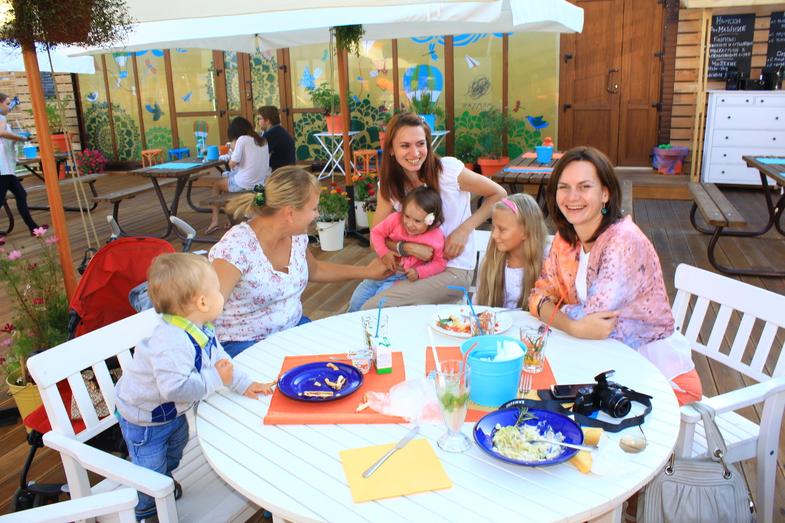 кафе шардам с открытой площадкой для детей в парке горького