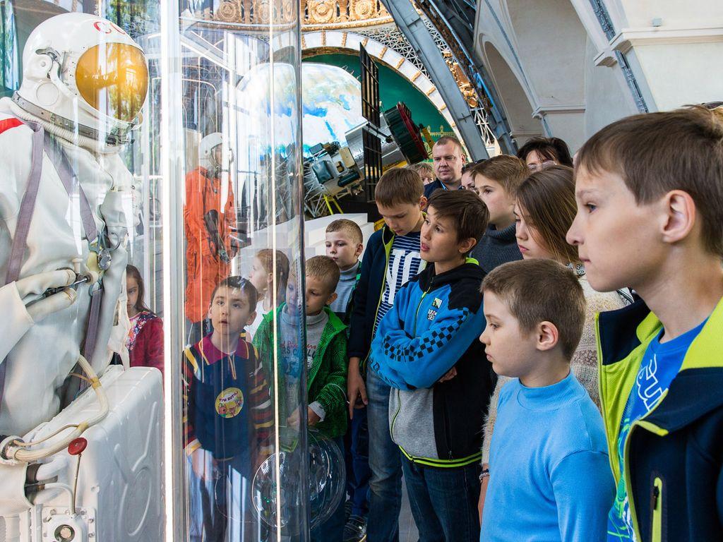 Экспонаты на выставке  космическая почта на ВДНХ