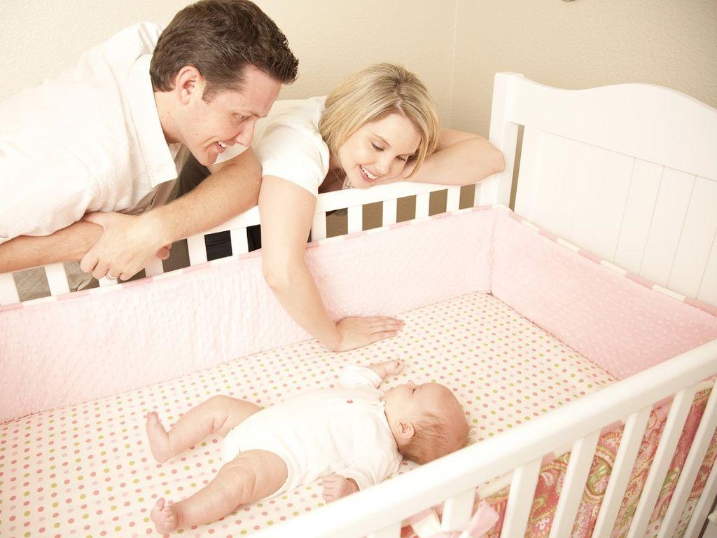 Родители укладываю малыша спать