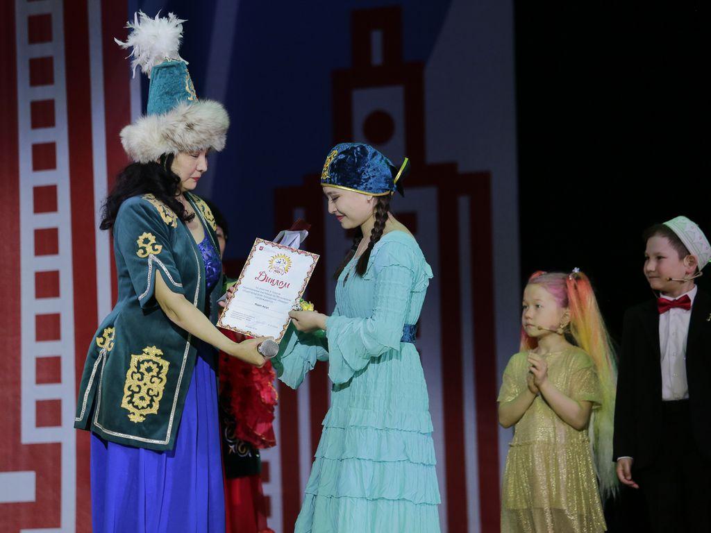 Вручение дипломов на детском фестивале национальных культур