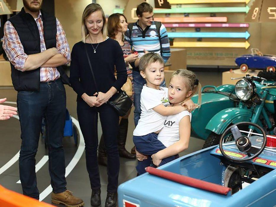 Взрослые и дети в Музее Автомобильных Историй