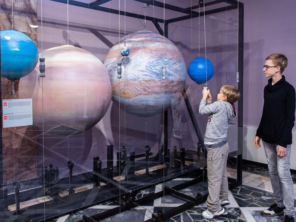 какова масса Земли и почему Сатурн гораздо легче Юпитера