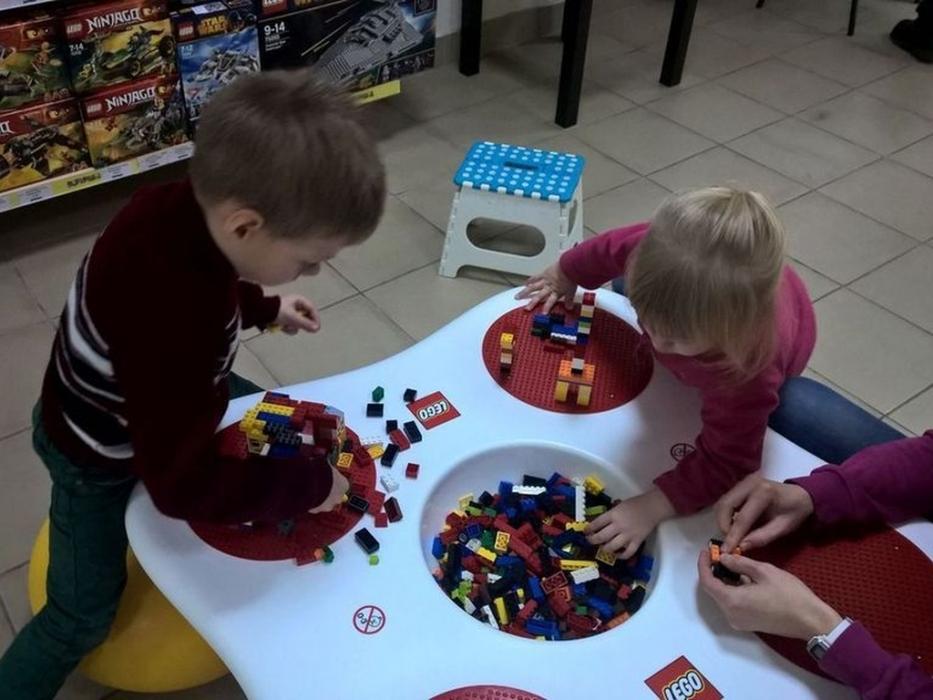 Дети собирают лего в Megabrics – выставка-музей из кубиков Лего