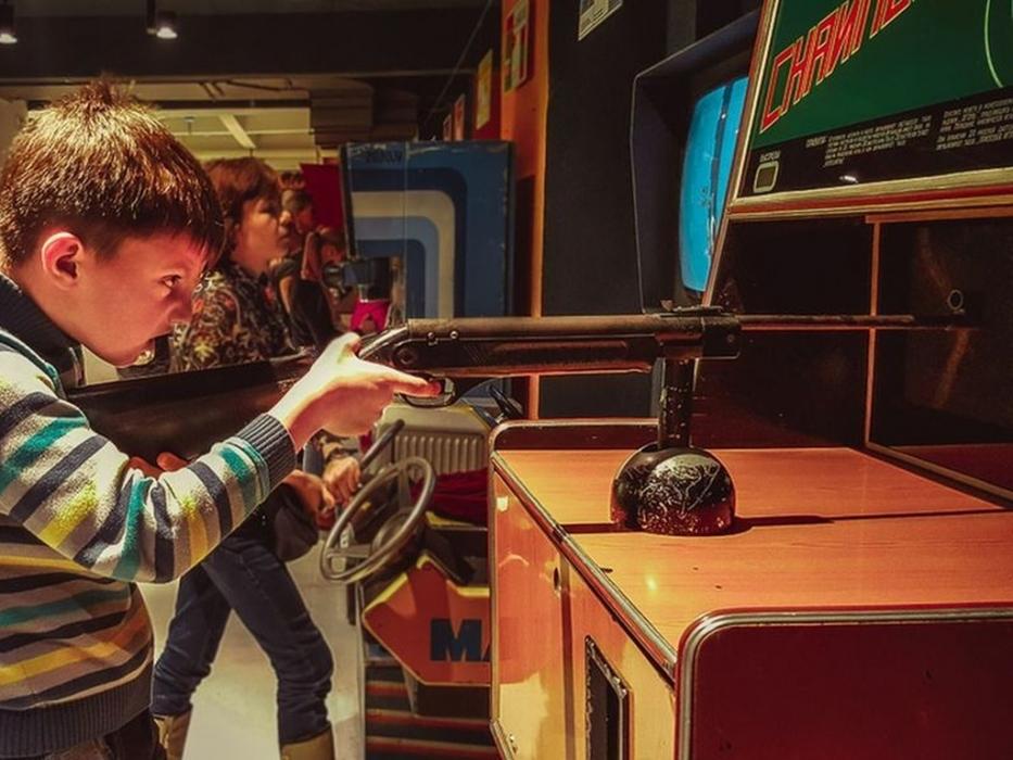 Дети играют в в Музеее советских игровых автоматов