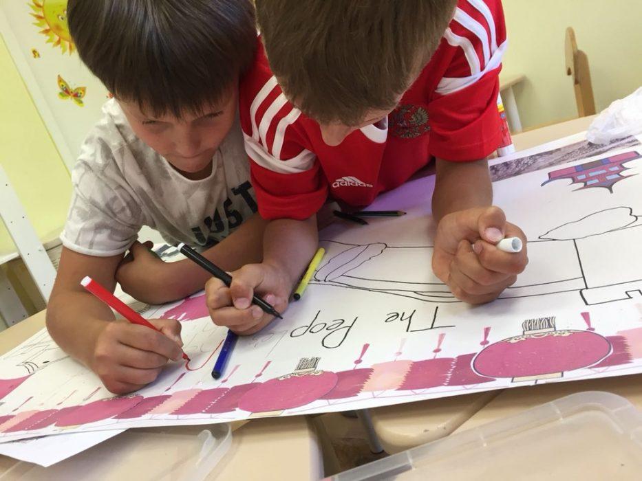 Дети рисуют в городском английском лагере Superheroes Summer Camp