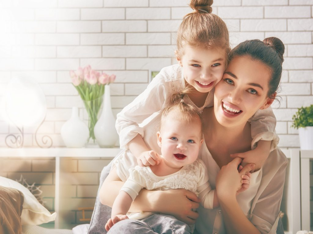 мама с детьми на 8 марта