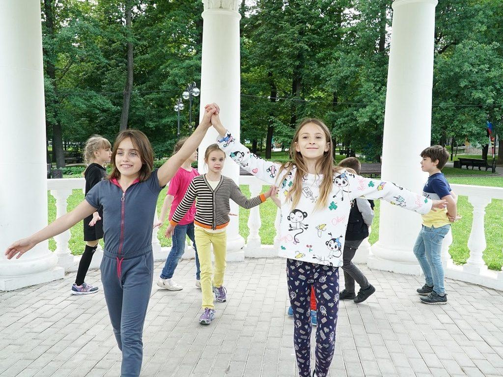 Занятия в парке в городском лагере