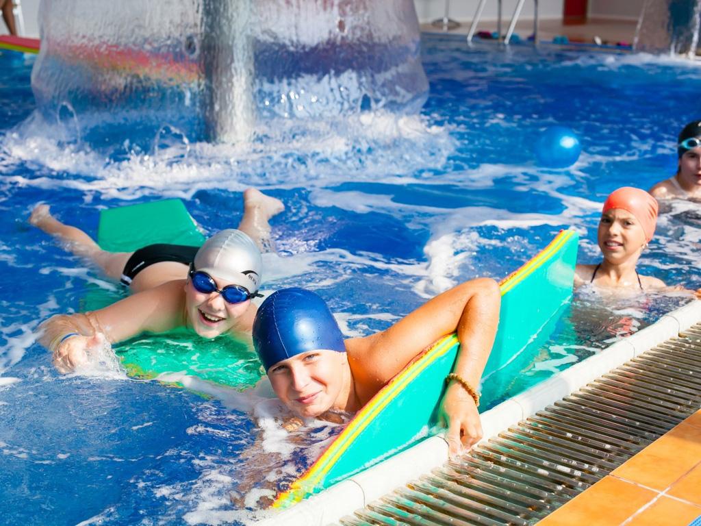 плавание в бассейне в лагере Евроклуб