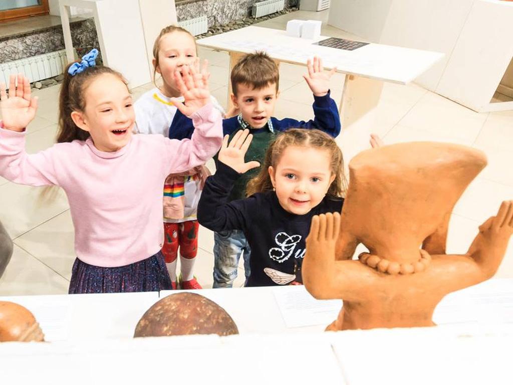 Дети играют в квест на выставке Эльдорадо. Сокровища индейцев