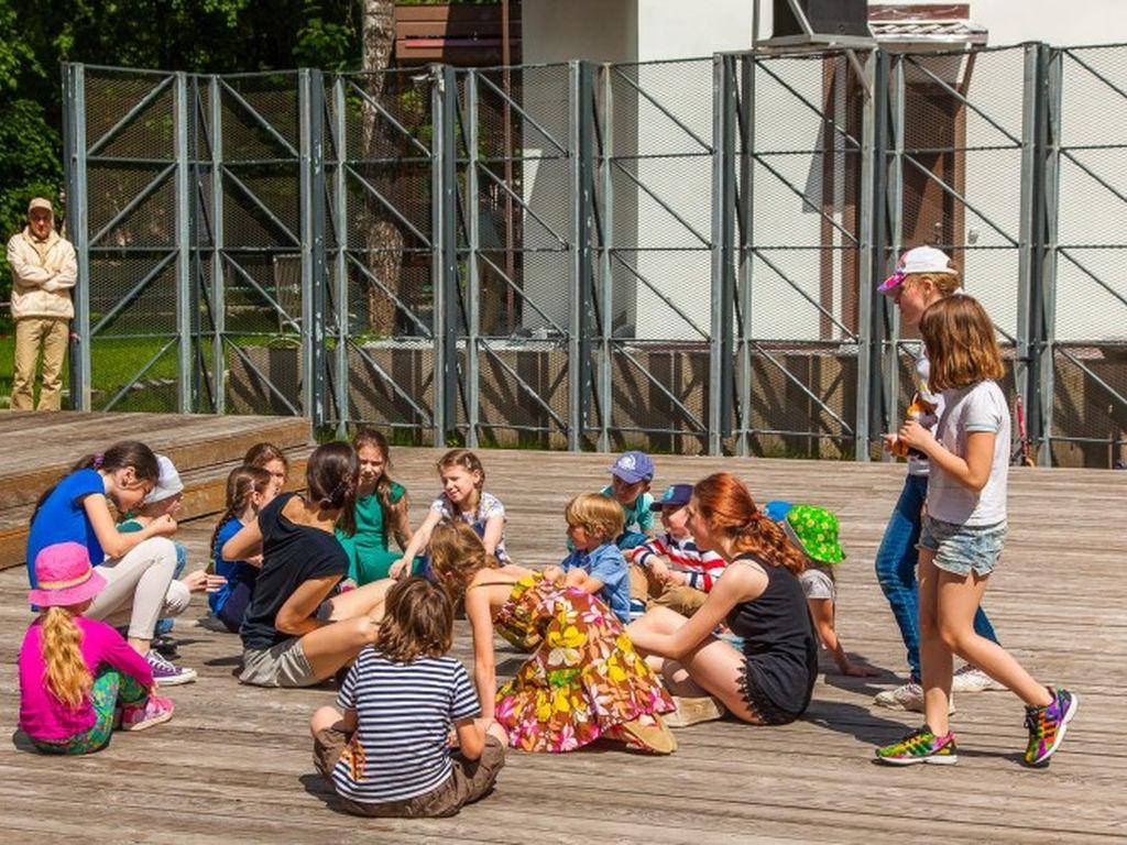 Детские занятия в летнем кинотеатре Пионер