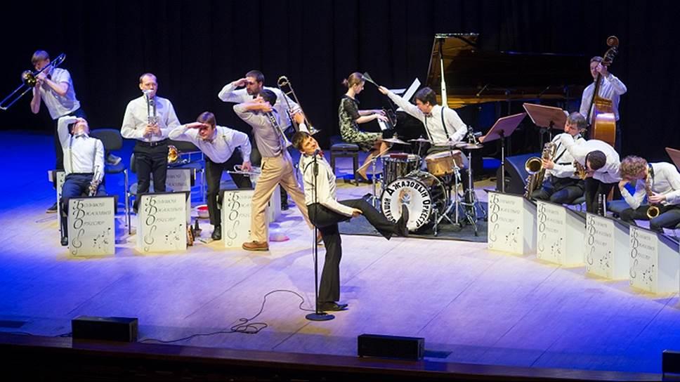 Праздничное мероприятие, посвященное Дню города. Концерт джазового оркестра Петра Востокова, шоу оркестра Волынщиков Москвы.