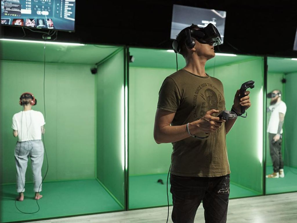 Игра в VR клубе Зеленый куб