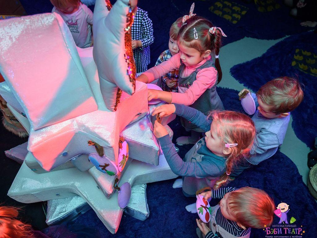 Дети участвуют в интерактивном спектакле - Сказка про Умку