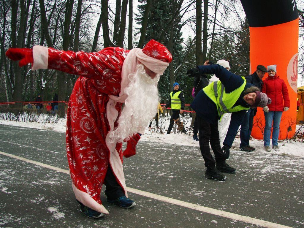 Пробег Деда Мороза в парке Москвы
