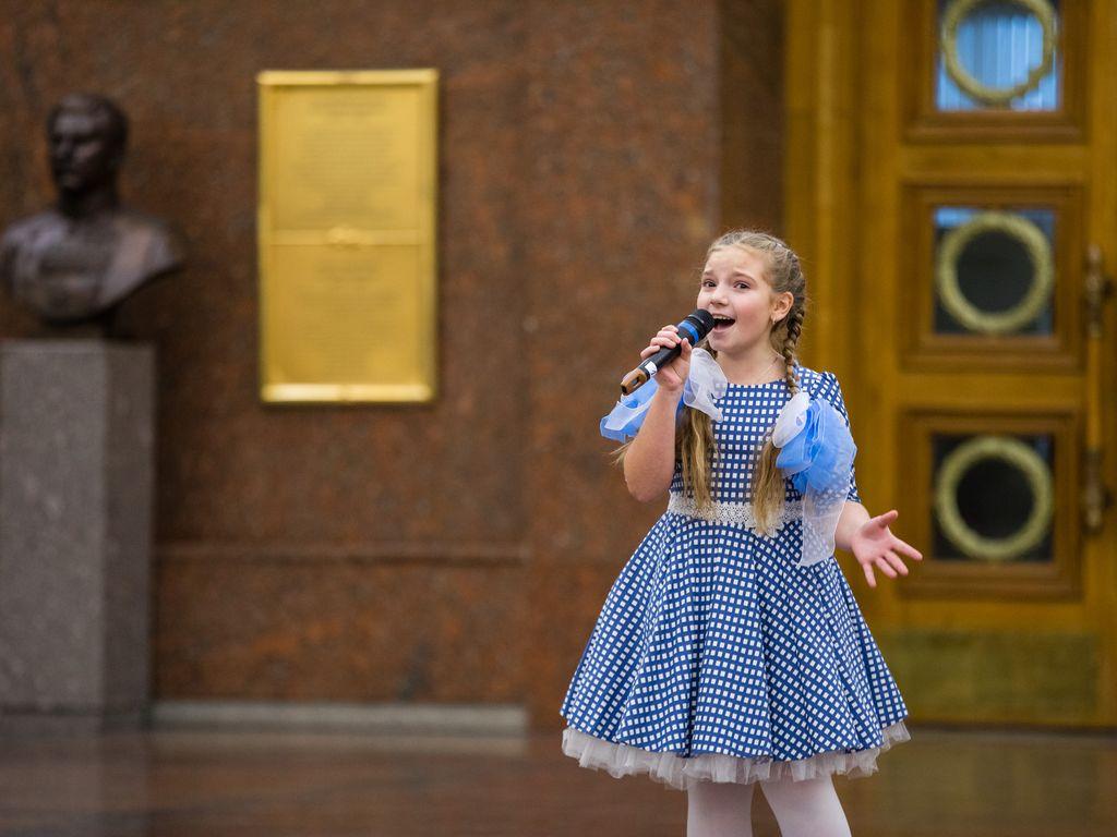 Выступление девочки из Детского музыкального театра Домисолька