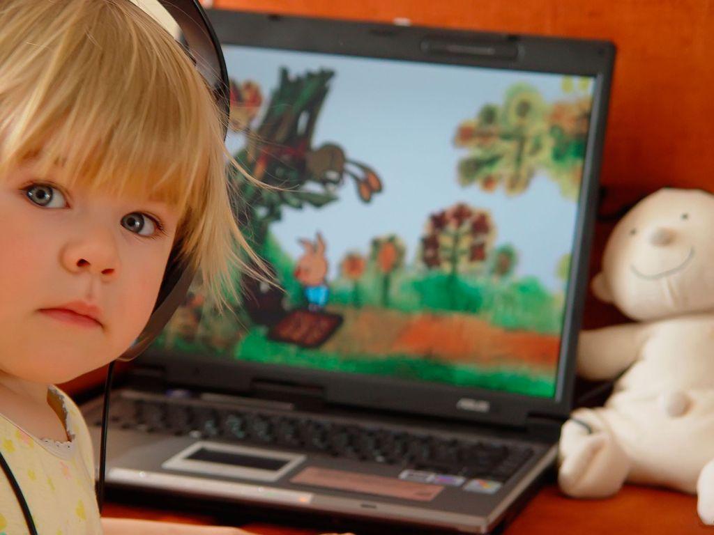 Ребенок смотрит на отечественные мультики YouTube-канале