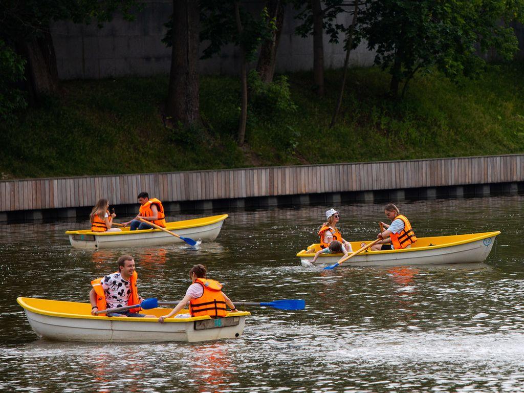 Катание на лодке на Каменском пруду