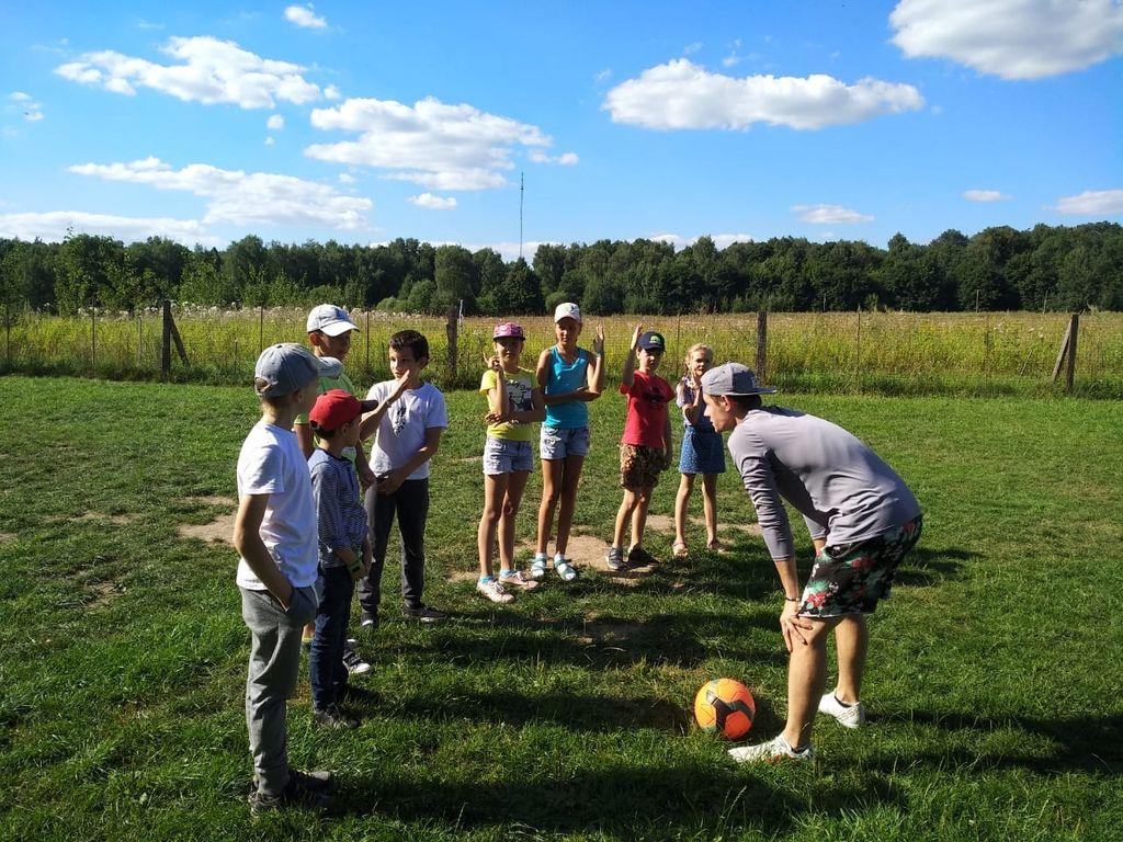 Городской лагерь в Москве : дети играют в футбол