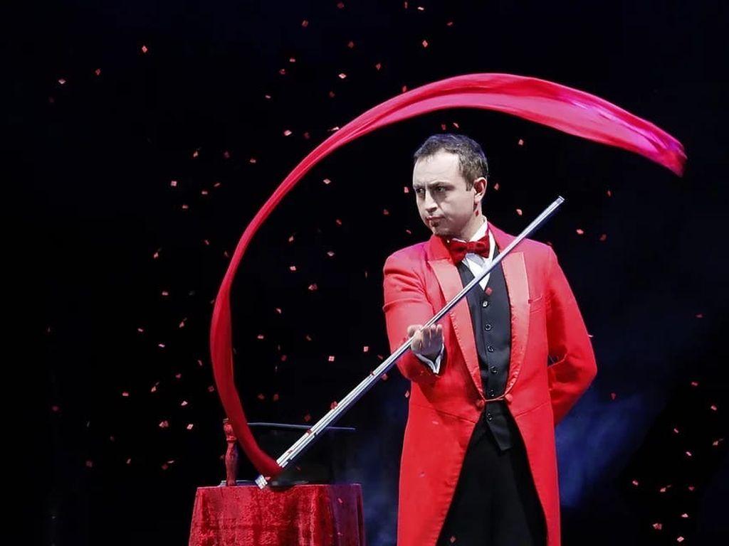 Шоу иллюзии на сцене Цирка Чудес