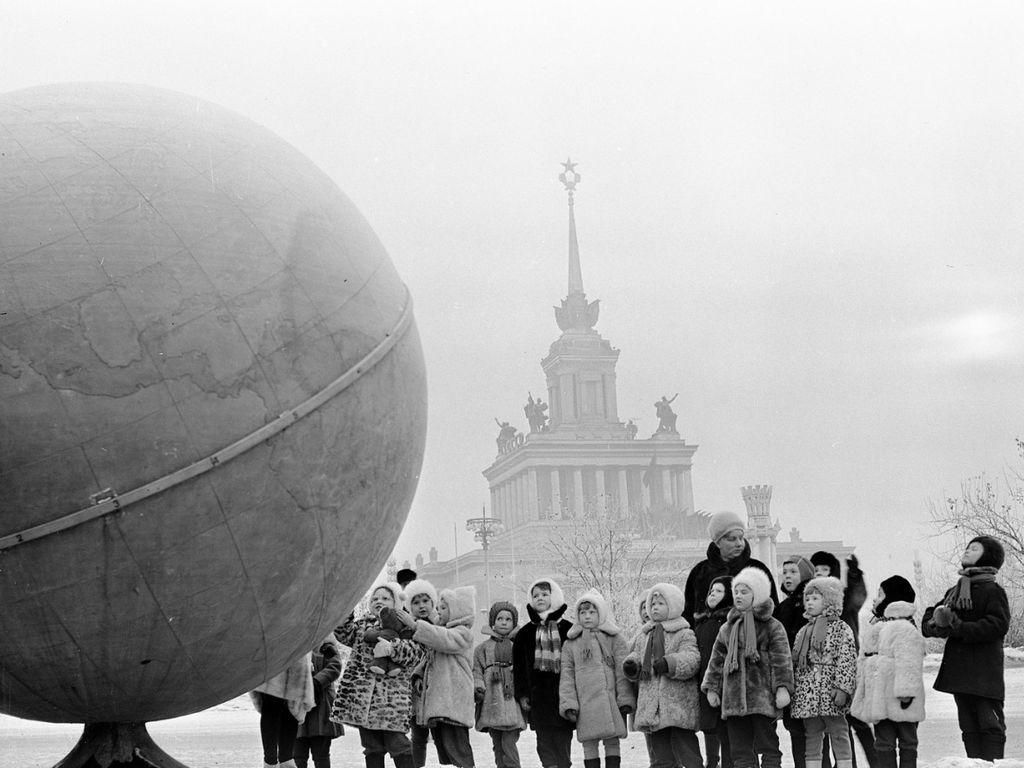 Детская экскурсия возле глобуса на площади Колхозов