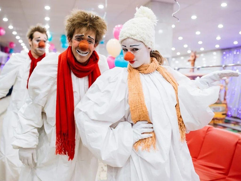 Вне Клоуны в Цирке танцующих фонтанов