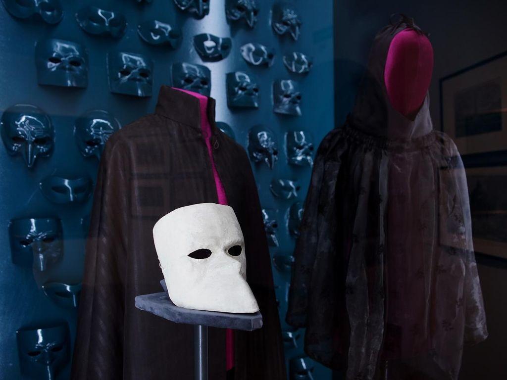 Экспонаты на выставке  «Под маской Венеции»